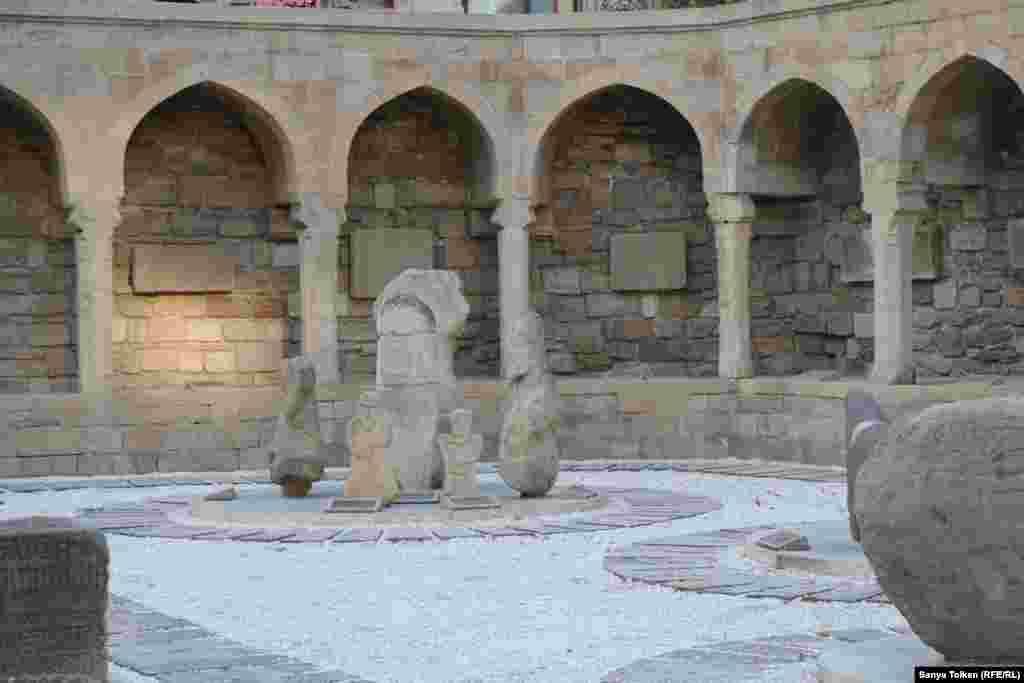 Каменные изваяния в крепости старого города.