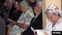 Верующие христиане в протестантской церкви.