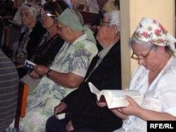 Шіркеуде отырған христиандар. (Көрнекі сурет)