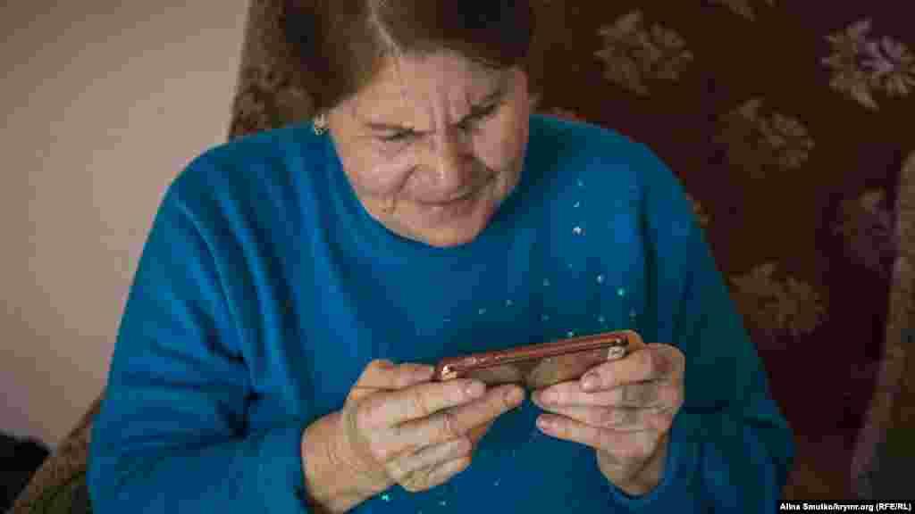 Мати Емір-Усеїна Муніра Абдураїмова дивиться відео з коридору суду, де її онуки розповідають, як сумують за «бабашкою»