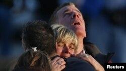 Сэнди Хук мектебінде оққа ұшқан балалардың жақындары. АҚШ, Ньютаун қаласы, 14 желтоқсан 2012 жыл.