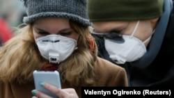 Люди в защитных масках во время пандемии коронавируса (иллюстрационное фото)