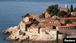 """Остров-отель """"Свети Стефан"""" у берегов Адриатического моря в Черногории."""
