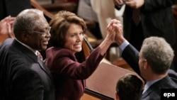 Нэнси Пелоси получает поздравления с вступлением в должность спикера палаты представителей.