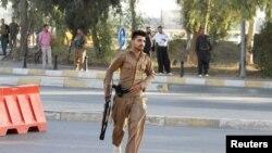 Военнослужащий курдского формирования на месте вооруженных нападений в иракском городе Киркук. 21 октября 2016 года.