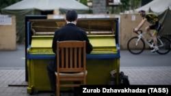 Пианино на улице у площади Независимости в Киеве, 2014 год