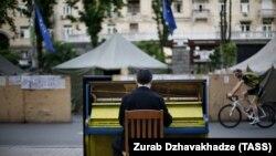 Пианино на улице у площади Независимости в Киеве. Иллюстративное фото.