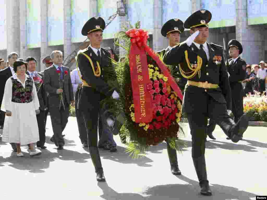 Апрель. Первая годовщина апрельских событий 2010 года, приведших к власти Временное правительство во главе с Розой Отунбаевой.