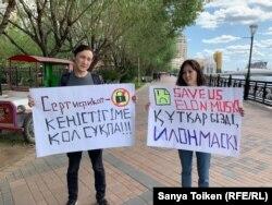 Акция протеста активистов Бэллы Орынбетовой и Муратбека Карима против сертификата. Нур-Султан, 4 августа 2019 года.