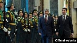 Türkmenistanyň we Gyrgyzystanyň prezidentleri G.Berdimuhamedow (s) we A.Atambaýew (ç), Aşgabat, 11-nji noýabr, 2014.