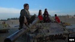 Афганские дети играют с брошенным советским танком в Кандагаре