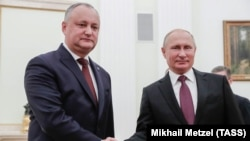 Russian President Vladimir Putin (right) meets with Moldovan President Igor Dodon in Moscow on October 31.