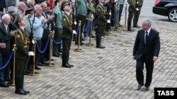 По аналогии с тем, как было после предыдущих инаугураций, многие ожидали, что уже на следующий день после вступления в должность новый президент Абхазии подпишет указ о назначении премьер-министра, которому будет поручено сформировать новый кабмин