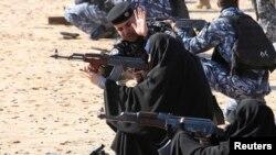 Иракта полицияда кызмат кылган аялдар курал атууну үйрөнүп жатышат. 20-февраль, 2014-жыл.