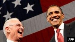 لی هامیلتون و باراک اوباما در جریان مبارزات انتخاباتی اوباما.