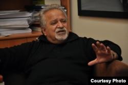 عباس ولی، معاون سابق رئیس دانشگاه کردستان در اربیل و از اساتید سابق دانشگاه سوانزی در بریتانیا که هم اکنون در استانبول تدریس میکند.