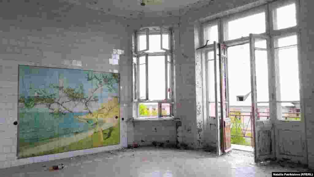 Будівля лікарні у незадовільному стані: з більшості стін здерта плитка, вибиті майже всі вікна, вирвані електродроти та ліфт