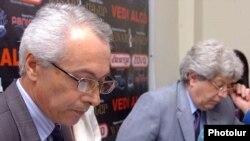 ԱՎԾ-ի վարչության պետ Գուրգեն Մարտիրոսյանը (ձ) եըւ փորձագետ Հարություն Մեսրոպյանը մամուլի ասուլիսում: 4-ը ապրիլի, 2011թ.