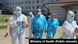 Тамаз Цахнакия (в центре) во время посещения гудаутского ковид-госпиталя