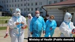 Рабочая встреча началась в Гудаутской ЦРБ, которая на данный момент является госпиталем для больных COVID-19