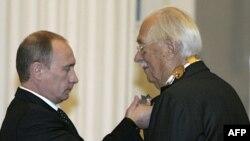 Putin Sergey Mixalkovu təltif edir. Kreml, 28 aprel 2008
