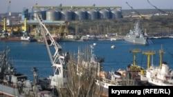 Вид на портовый зерновой терминал компании «Авлита» в Северной бухте Севастополя