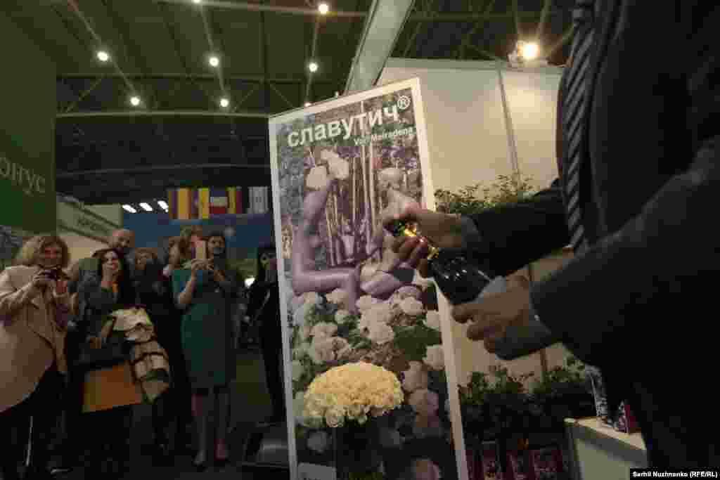Філіп Мангі з нагоди передачі нового сорту троянди розкоркував шампанське