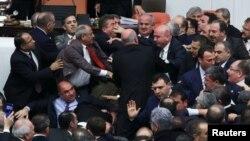 Потасовка между оппозиционными и провластными депутатами в турецком парламенте.