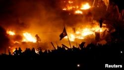 Այրվող բարիկադներ Կիևի Անկախության հրապարակում՝ Եվրոմայդանում, 19-ը փետրվարի, 2014թ․