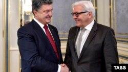 Президент України Петро Порошенко і міністр закордонних справ Німеччини Франк-Вальтер Штайнмаєр (зліва направо) під час зустрічі у Києві