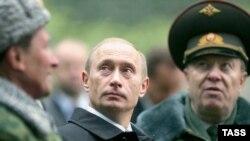 Эксперты сходятся на том, что пока все в России слишком зависит от одного человека и опасаются, что эта тенденция сохранится