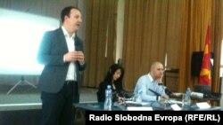 Дебата за вклученоста на средношколците во граѓански иницијативи. Нора Алити и Александар Николоски, пратеници и Дејан Андонов од МИМ.