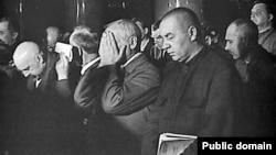 Обвиняемые по Шахтинскому делу во время чтения приговора