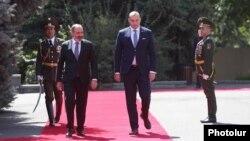 Премьер-министр Армении Никол Пашинян (слева) встречает премьер-министр Грузии Мамуку Бахтадзе, Ереван, 10 сентября 2018 г.