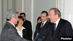 Armenia -- President Serzh Sarkisian (L) greets Wilfried Martens, the visiting head of the European People's Party, 3 March 2010.