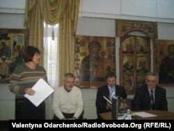 Завідувач відділу етнографії Алла Українець презентує археологічну розвідку