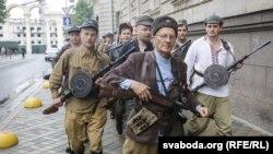 БРСМаўцы, пераапранутыя ў партызанаў, прайшліся парадам па Менску