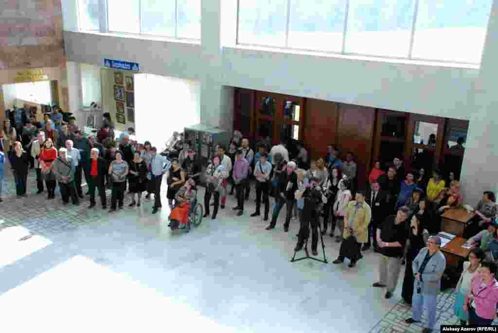 На открытие выставки работ Евгения Сидоркина пришли примерно 80 человек.