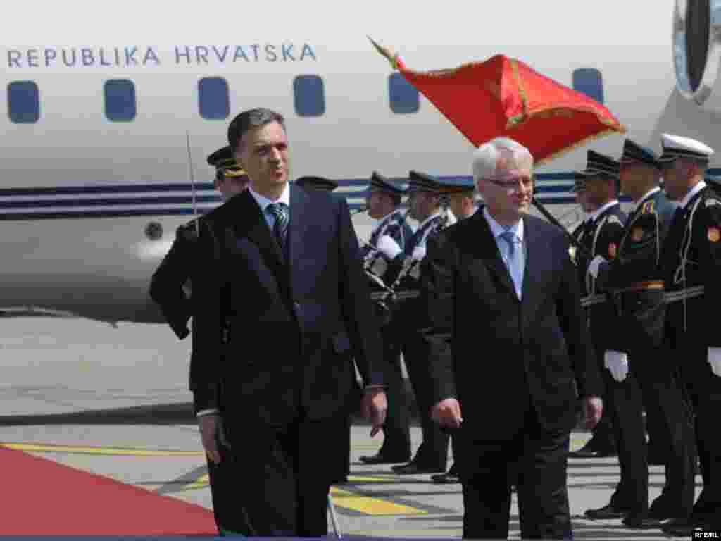 Hrvatski predsjednik dočekan je uz najveće državne počasti u podgoričkoj zračnoj luci. Foto: Savo Prelević