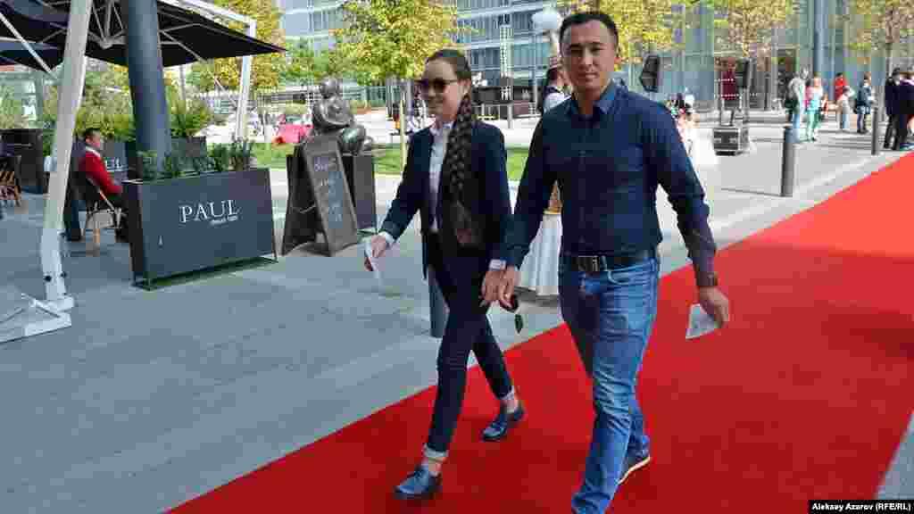 Шахматистка Жансая Абдумалик и актер Ануар Нурпеисов идут на просмотр фильма «Мой друг Раффи» на фестивале «Евразия». Сам же фильм привезен из Германии, и в нем рассказывается о дружбе мальчика со смышленым хомячком.