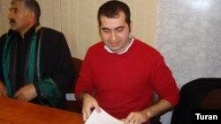 Bəxtiyar Hacıyev (sağda) onun işinə baxan məhkəmə proseslərindən birində, 8 aprel 2011-ci il.