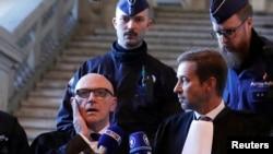 Адвакат Поль Бэкар (зьлева) адказвае на пытаньні журналістаў пасьля судовага паседжаньня ў Брусэлі 17 лістапада