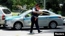 Алматы көшесіндегі полиция қызметкері. (Көрнекі сурет.)