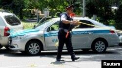 Поліцейський на місці нападу в Алмати, 18 липня 2016 року