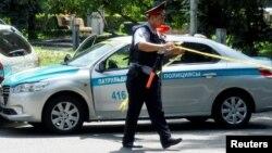 Полицейский в бронежилете на улице Алматы в день, когда были совершены атаки на отделение полиции и здание ДКНБ, 18 июля 2016 года.