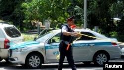 Оқиға болған маңды қоршап жүрген полицей. Алматы, 18 шілде 2016 жыл.