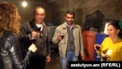Ռինդեցիները վայելում են իրենց պատրաստած գինին, մարտ, 2018 թ․