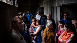 Люди во временных бомбоубежищах в Макеевке Донецкой области