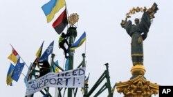 За словами соціологів, Революція гідності зменшила рівень патерналізму в українському суспільстві, проте ще не спричинилась до появи нових політичних лідерів. На фото: активісти під час протестів у Києві, грудень 2013 року