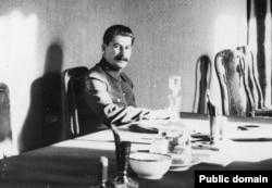 Йосип Сталін у своєму кабінеті у Кремлі